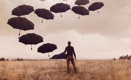 Chico ante paraguas simbolizando cuando una pareja no entiende nuestra depresión