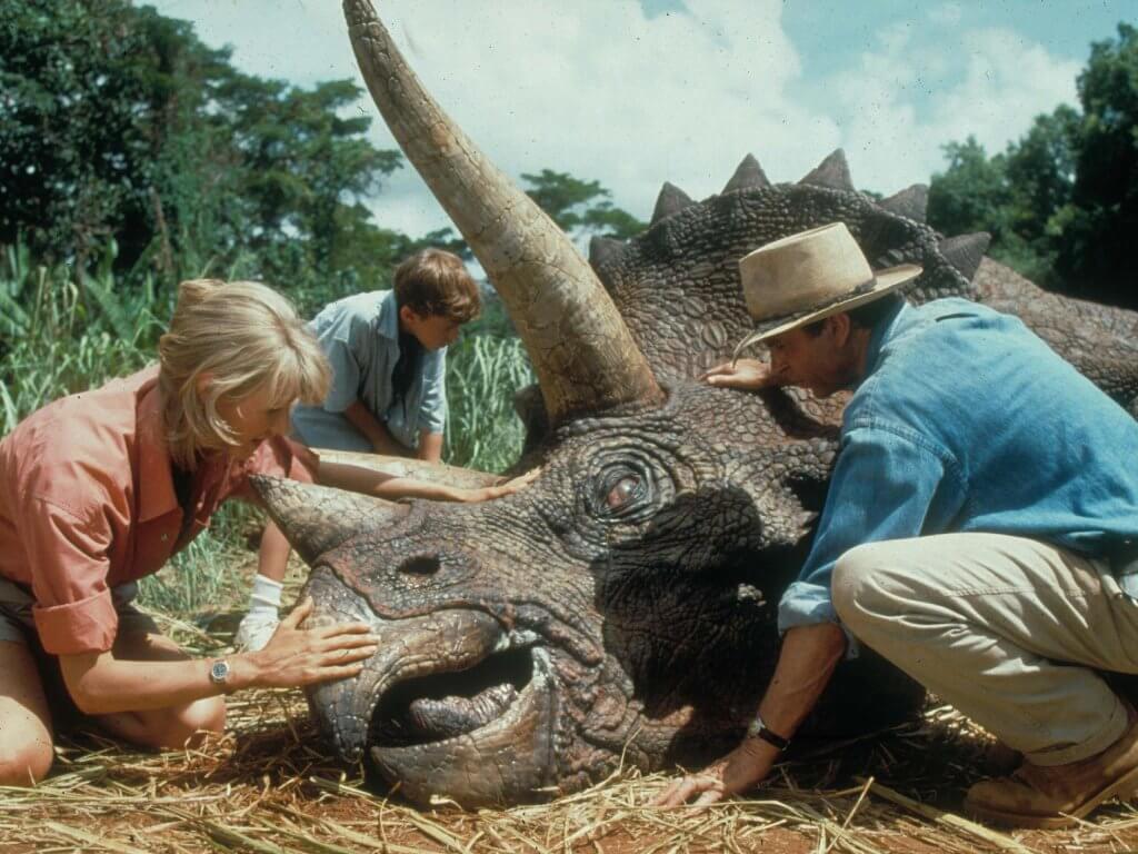 Científicos con un dinosaurio herido en la película Jurassic Park