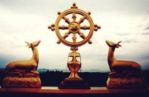 ciervos junto al símbolo del Dharma