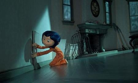 Coraline abriendo una puerta en la pared