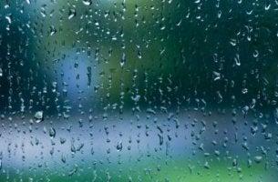 Cristal con gotas de lluvia