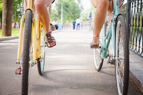 Dos amigas en bicicleta