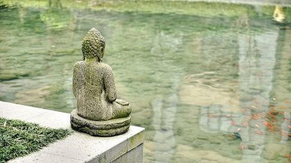 Escultura de Buda frente al agua