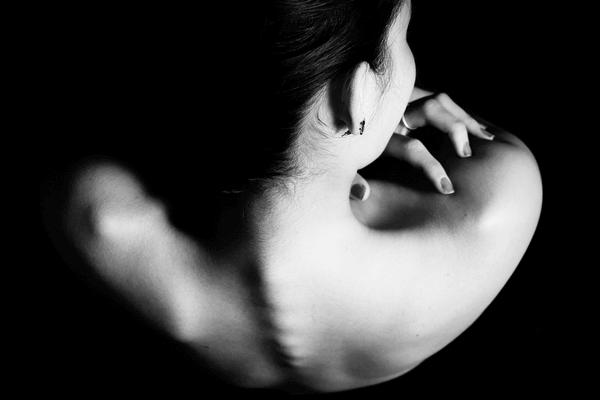 Espalda de una mujer con anorexia