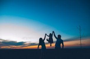 Familia feliz de la mano