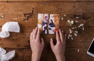Foto de una pareja rota para representar la ruptura definitva