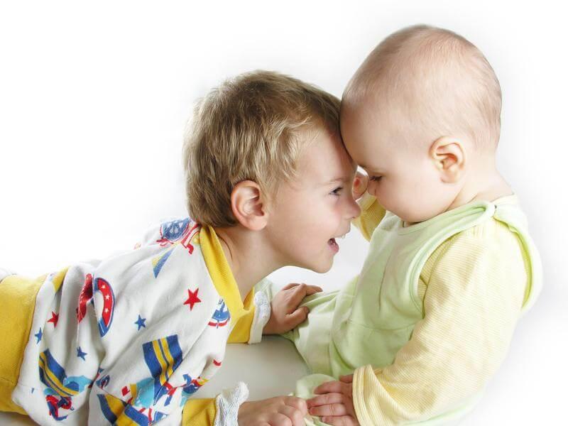niño superando los celos cuando llega un nuevo hermano