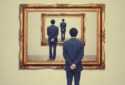 hombre ante un espejo simbolizando las máscaras del narcisismo patológico