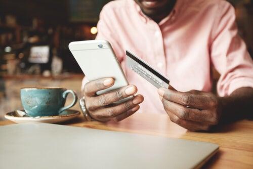 Hombre comprando con un móvil