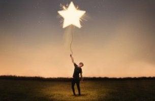 Hombre sujeto a una estrella