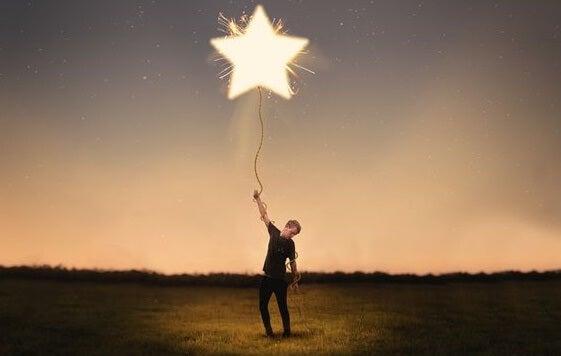 hombre con estrella simbolizando la teoría de los pequeños logros