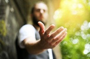 Hombre con la mano abierta para representar el complejo de salvador