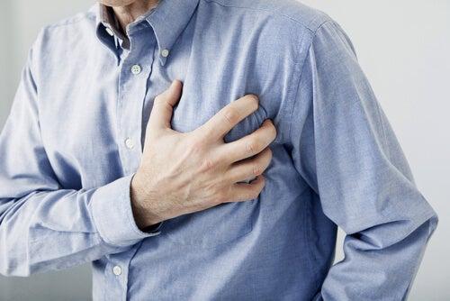 Hombre que sufre pinchazos en el corazón