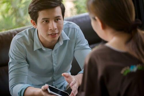 Hombre explicando a chica cómo funciona el móvil