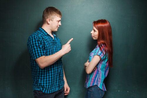 Hombre explicando a una mujer cómo debe actuar