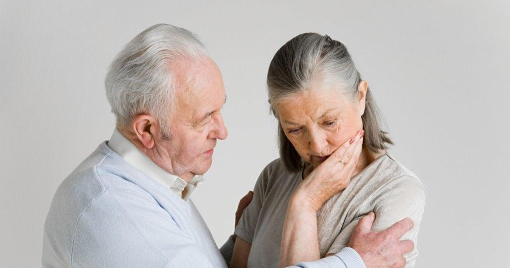 Hombre mayor comunicándose con una persona con demencia