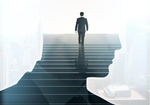 Hombre subiendo por unas escaleras simbolizando las actitudes que no parecen miedo
