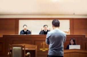 Hombre como testigo en un juicio