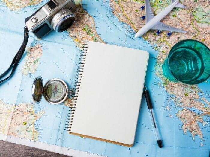 cámara sobre un mapa simbolizando el hecho de que viajar mejora tu salud cerebral