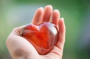 Mano sujetando un corazón de cristal