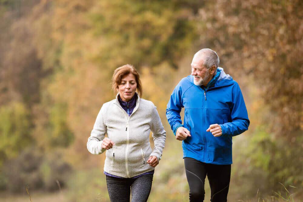 Mayores haciendo ejercicio físico para aumentar la esperanza de vida