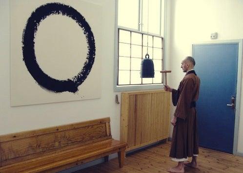 monje budista ante un enso