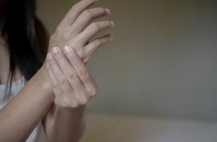 Mujer con artritis reumatoide