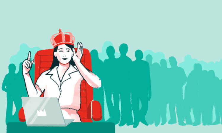 mujer con corona simbolizando las máscaras del narcisismo patológico