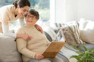 Mujer con demencia hablando con una chica joven