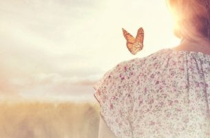 Mujer con una mariposa en el hombro para representar la sensación de la paz interior