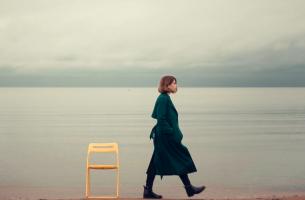 mujer dando la espalda a una silla representando cómo aplicar el simbolizando cómo contacto cero