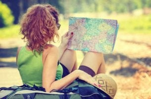 mujer de espaldas con mapa en la mano simbolizando el hecho de que viajar mejora tu salud cerebral