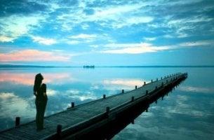 Mujer en el muelle del mar