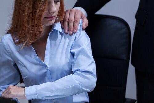 Mujer en el trabajo controlado por su jefe