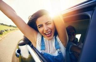 Mujer entusiasmada