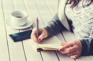 mujer escribiendo el diario de los 5 minutos