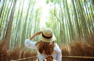 Mujer gorro en el bosque
