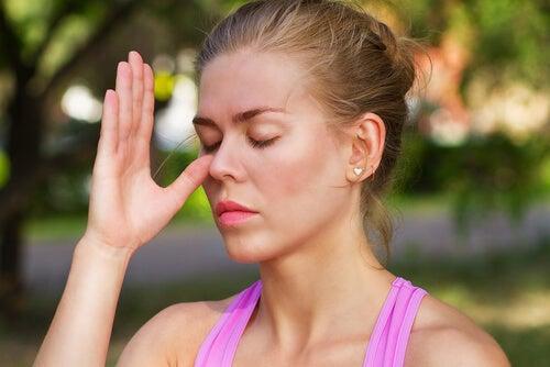 Mujer haciendo ejercicio de respiración