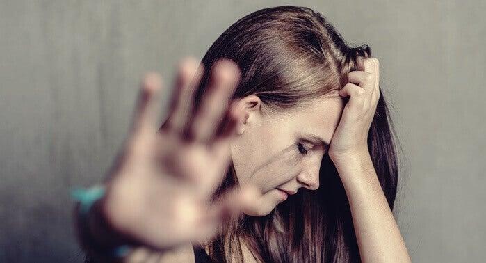 Mujer maltratada por un depredador emocional