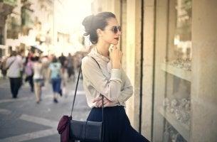 Mujer mirando escaparate con neofilia