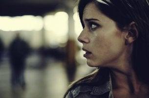 mujer mirando hacia atrás simbolizando la incapacidad de defendernos
