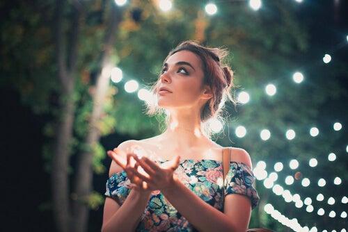 Mujer paseando por un lugar natural con luces afrontando su depresión existencial