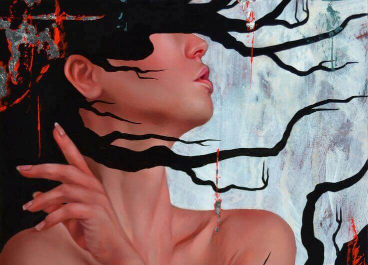 Mujer con el rostro tapado por su pelo