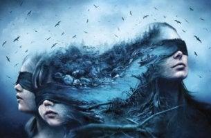 Mujer y niños con ojos tapados