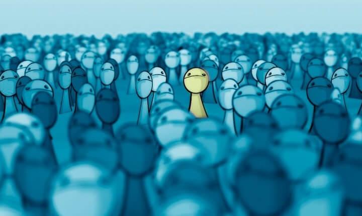 muñeco entre grupo de gente simbolizando las frases de Robin Williams