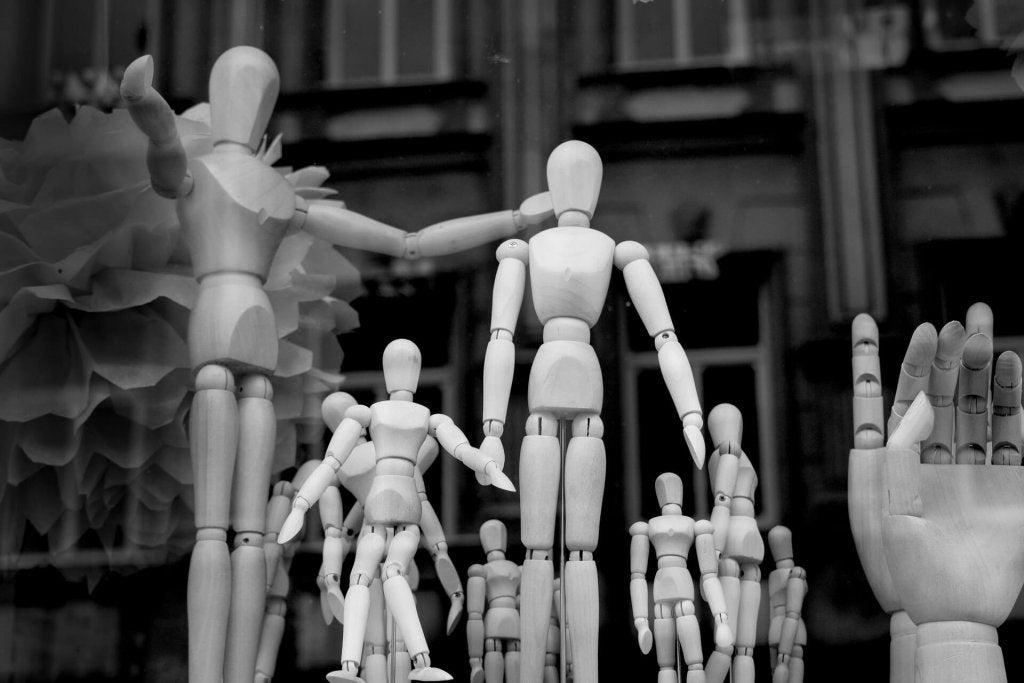 Muñecos de madera en grupo