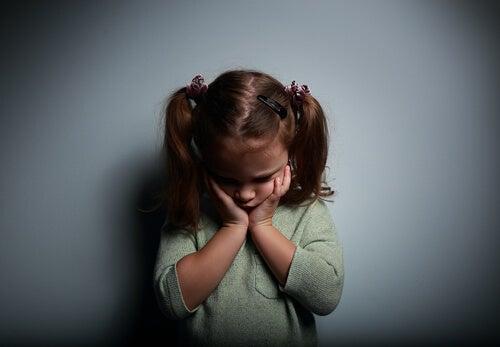Niña triste para representar los niños se sienten vacíos