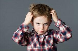Niño arrancándose pelo