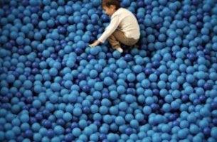 Niño con autismo rodeado de globos azules
