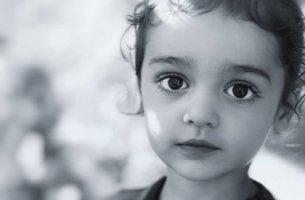 Niño con ojos oscuros